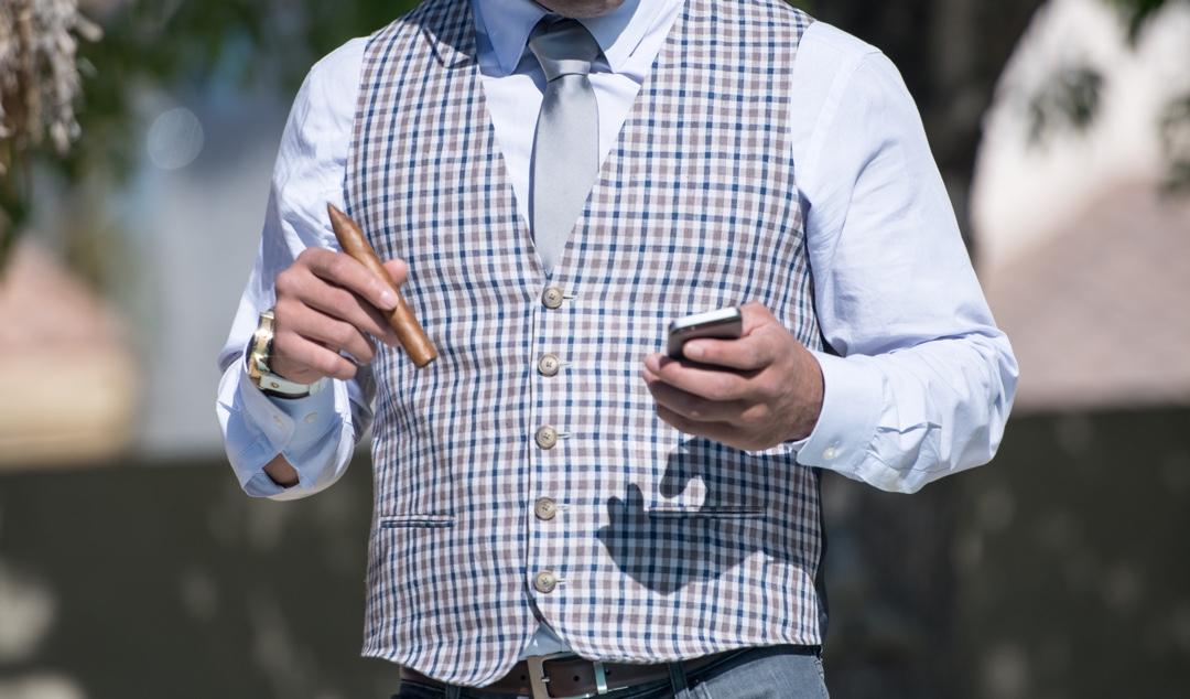 Eleganter Gentleman mit Zigarre